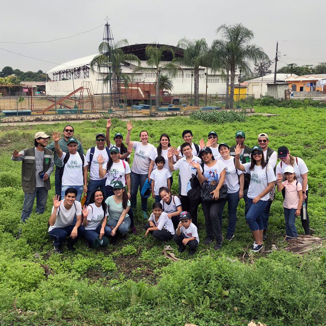 fundacion la iguana siembra con voluntarios ecuaquimica
